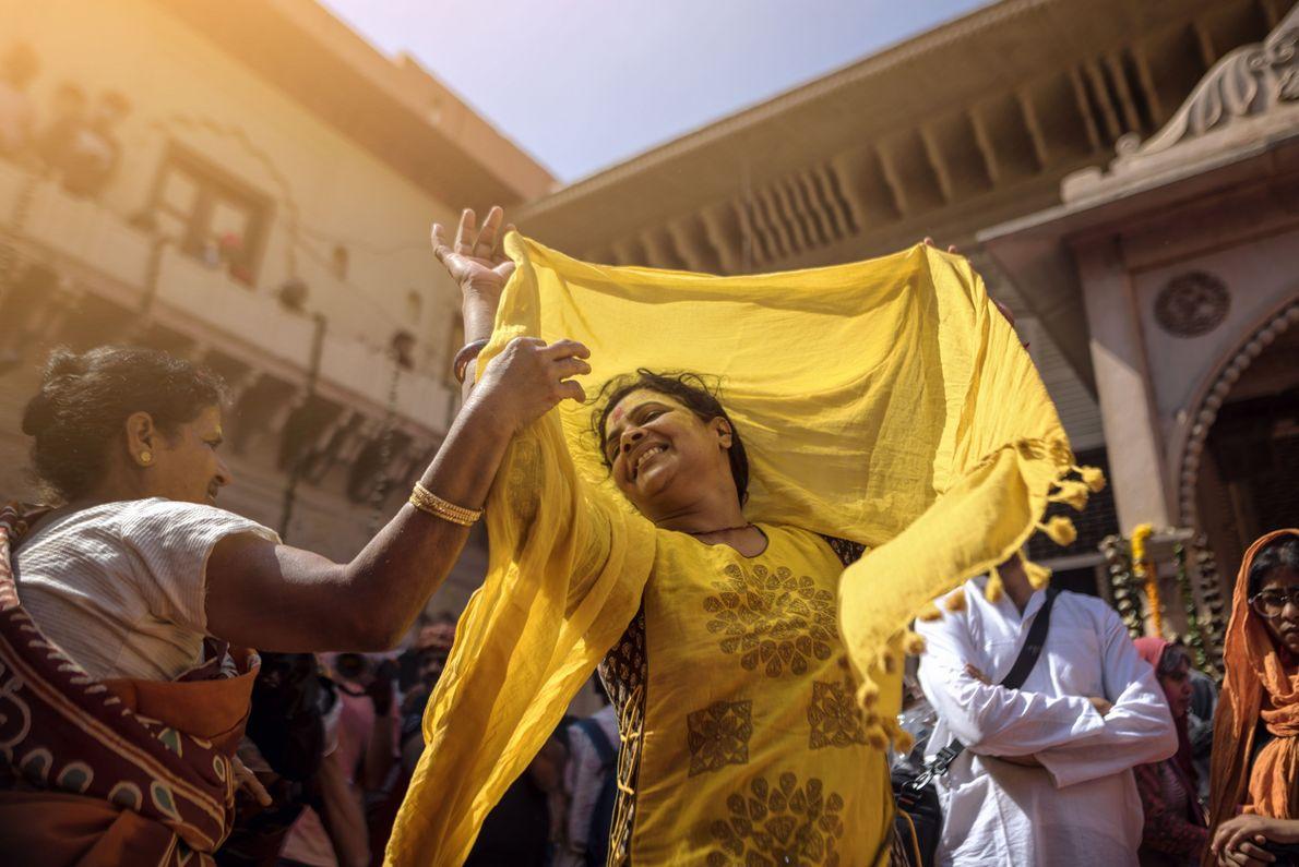 Viúva dançando no festival Holi, na Índia