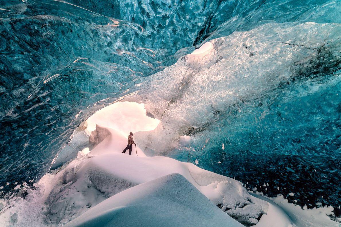 Alpinista em caverna de gelo