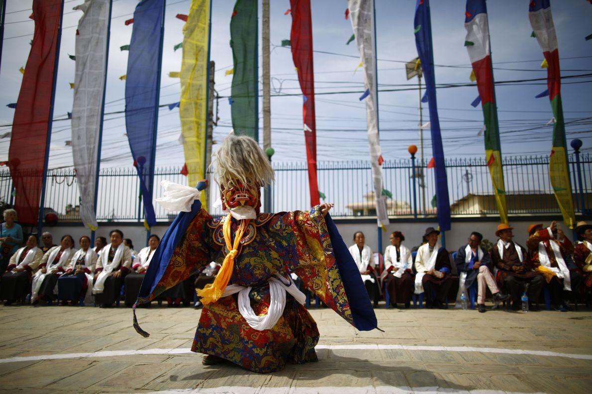 Dançarino mascarado em festival