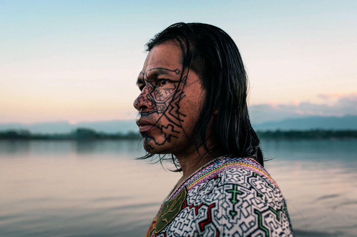 Homem Shipibo-Conibo obervando rio