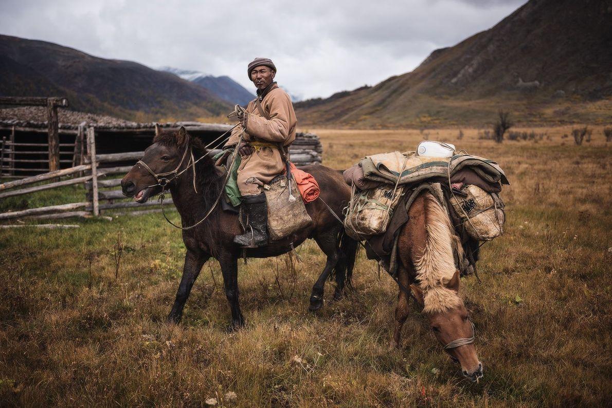 Viajante faz parada com dois cavalos na Mongólia