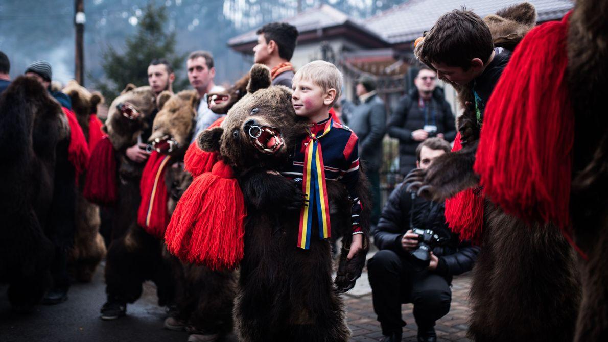 Criança vestida de urso em festival da Romênia