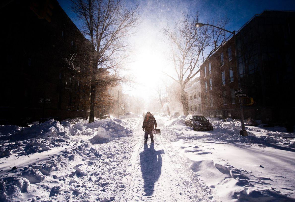 Homem em pé em cidade coberta de neve