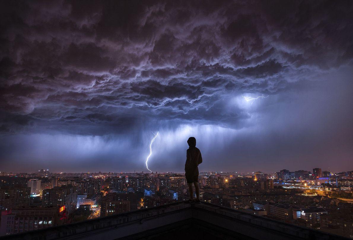 Tempestade com raios sobre cidade
