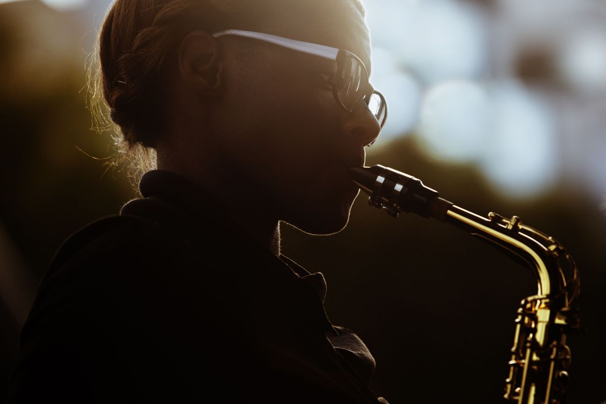 Saxofonista tocando