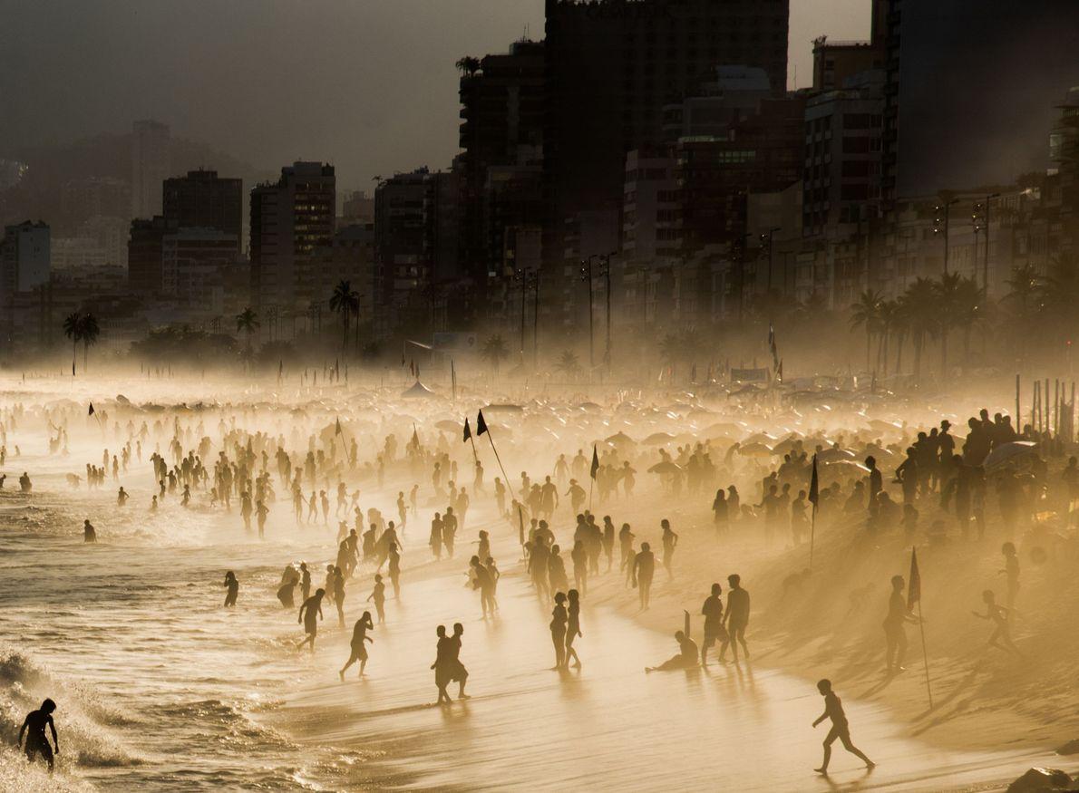 Praia no Rio de Janeiro com neblina e sol