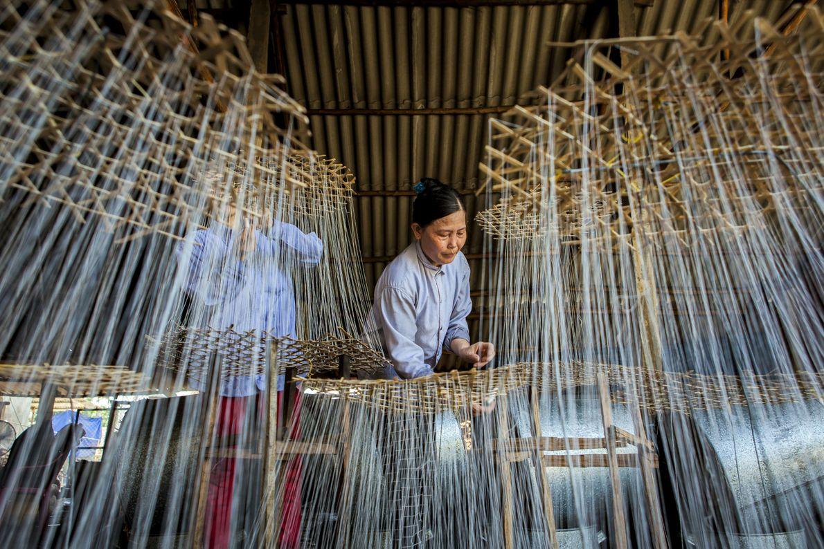 Trabalhadores do Vietnã preparam doce em fábrica