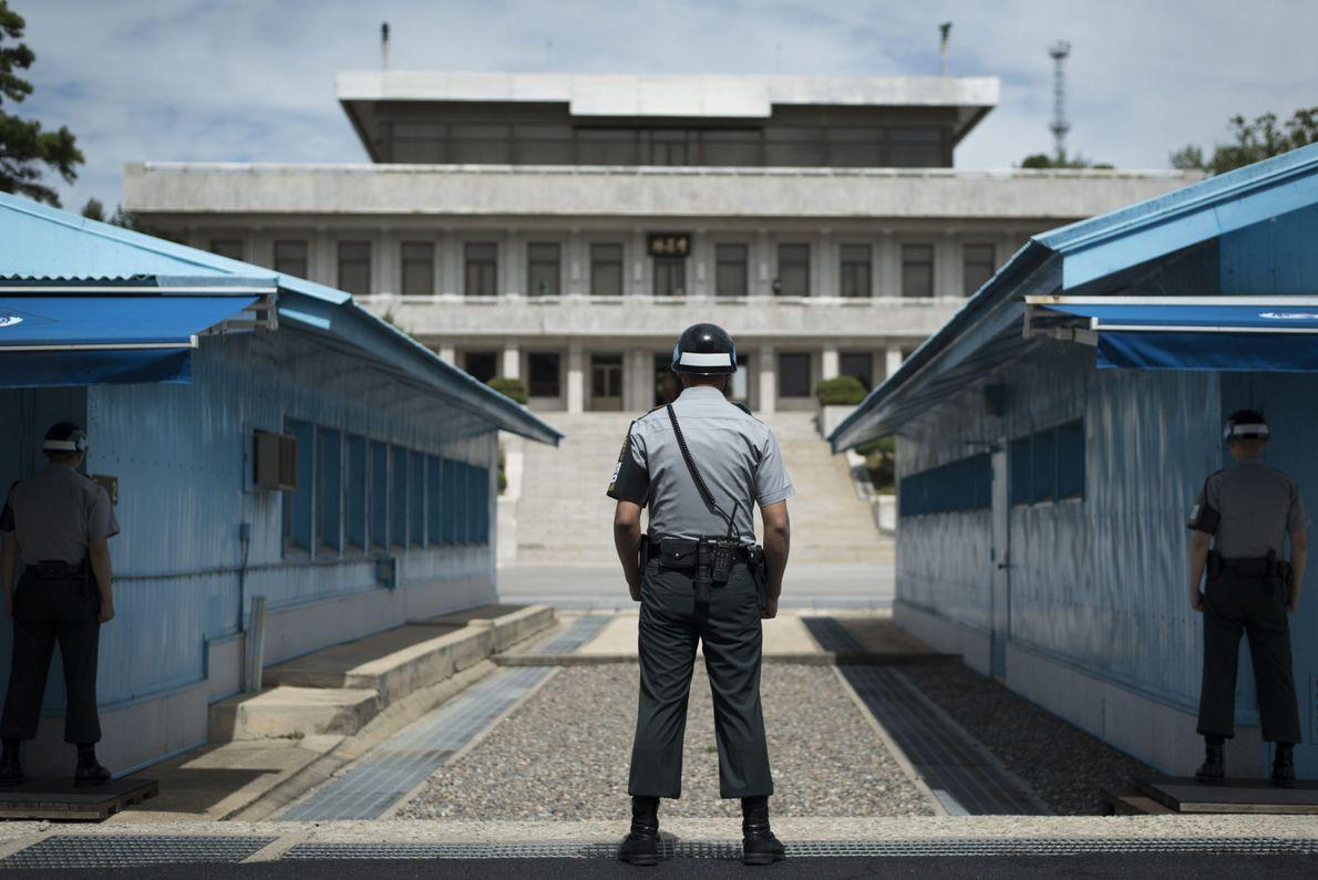 Guarda em pé na fronteira entre Coreia do Sul e Coreia do Norte