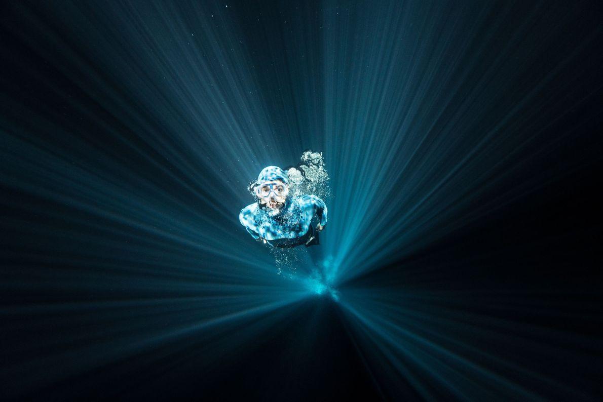 Luzes por trás de mergulhadora