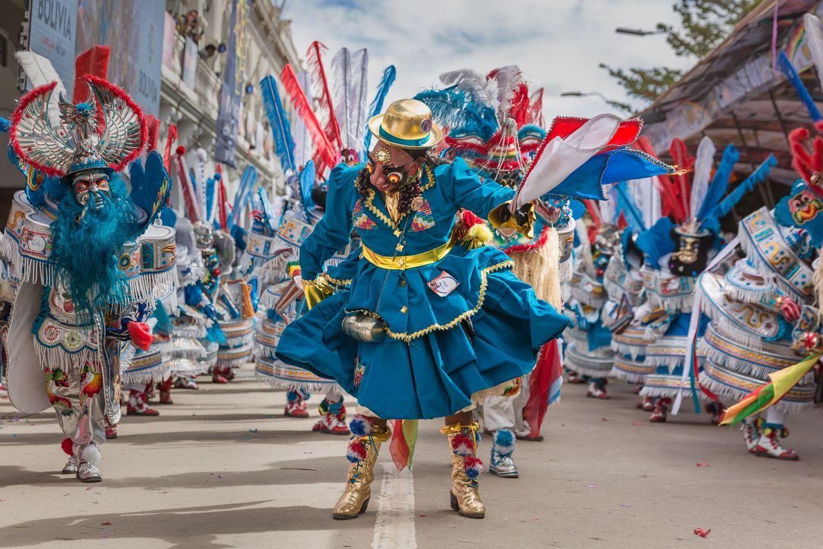 Pessoa fantasiada em carnaval de Oruro, na Colômbia