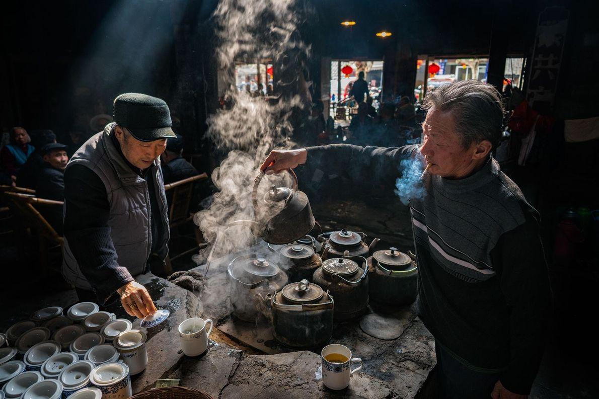 Homens fumando em casa de chá na China