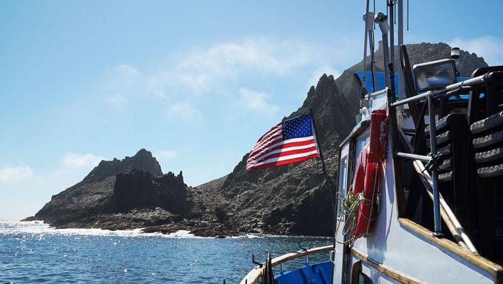 O barco da equipe, chamado Silver Fox (Raposa Prateada, em tradução livre), navega por águas rasas ...