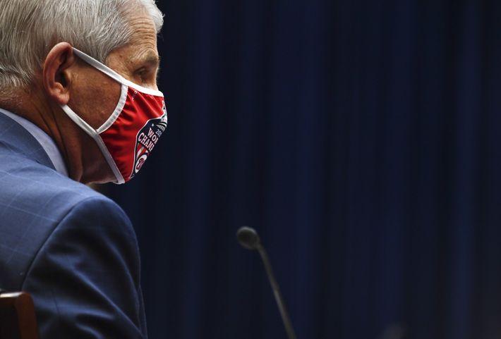 Anthony Fauci, diretor do Instituto Nacional de Alergia e Doenças Infecciosas dos Estados Unidos, usa uma ...