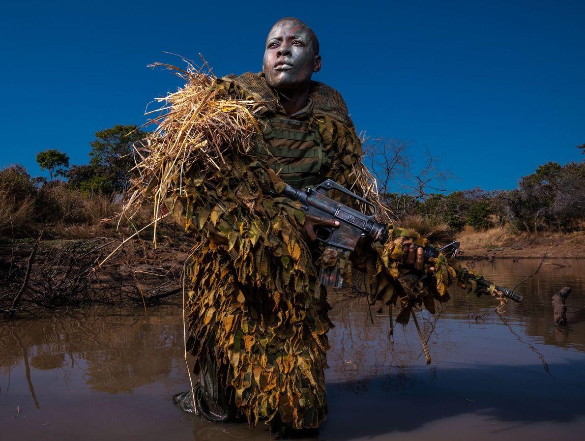 Petronella Chigumbura, membro da Akashinga — unidade de combate à caça ilegal sem fins lucrativos formada ...
