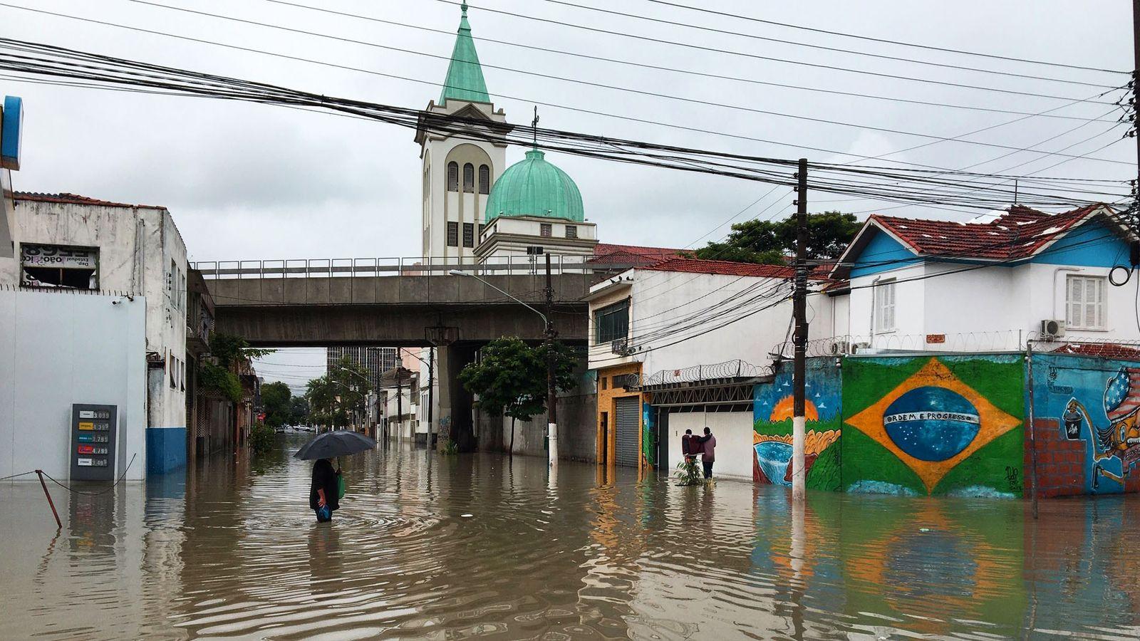 Pela proximidade com o rio Tietê, o bairro Ponte Pequena, na região central de São Paulo, ...