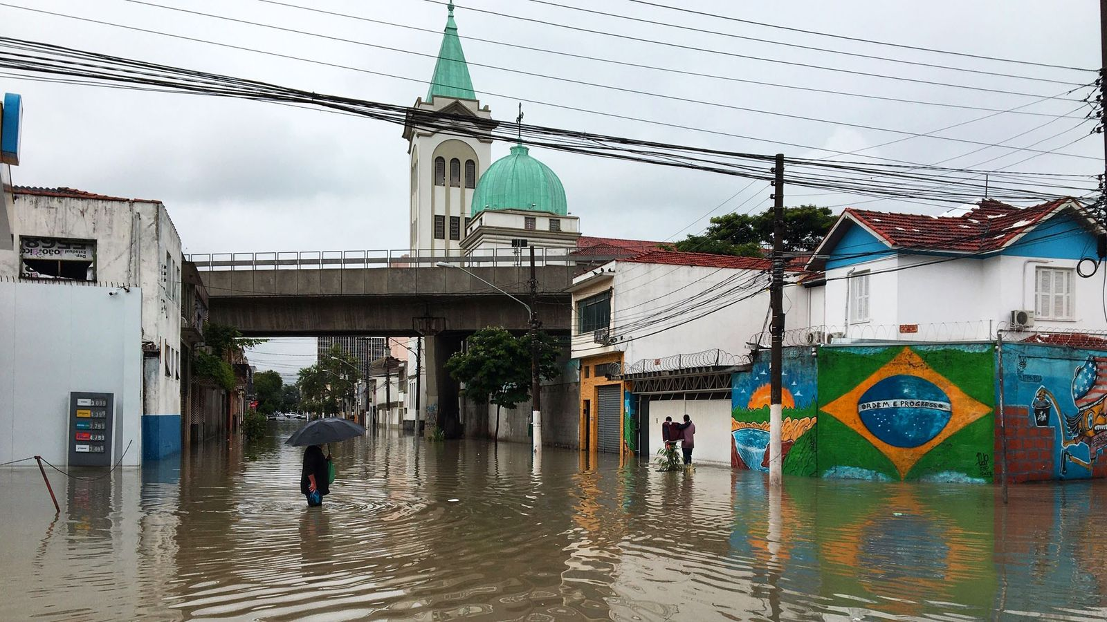Bairros próximos ao rio Tietê ficaram alagados depois de temporal que atingiu cidade de São Paulo ...