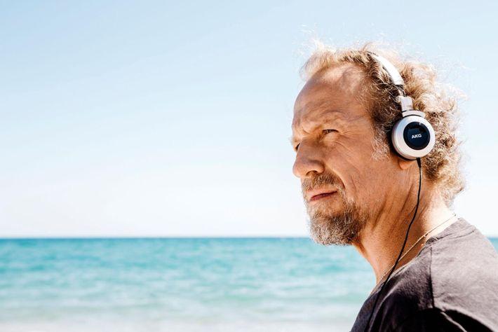 Alocado na Espanha, Michel André supervisiona um projeto que monitora os ruídos do oceano. Seus dados ...