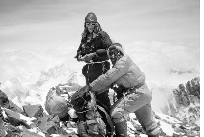 Dois dos feitos de exploração mais históricos do século 20 foram a primeira escalada do Monte ...