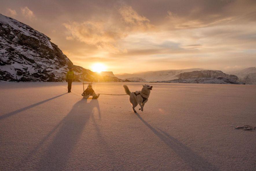 Na costa da Groenlândia, num dia de fevereiro com apenas alguns minutos de luz solar, Ghislain ...