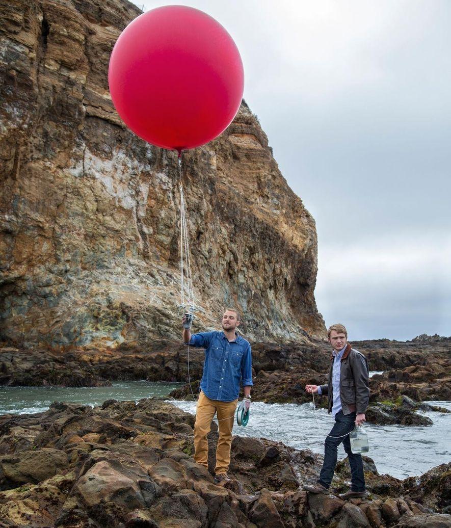 balão equipado com uma câmera para mapear a costa da Califórnia.