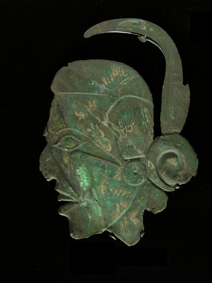 Esculturas de madeira, grandes cachimbos e placas com efígies e joias de conchas também estavam entre ...