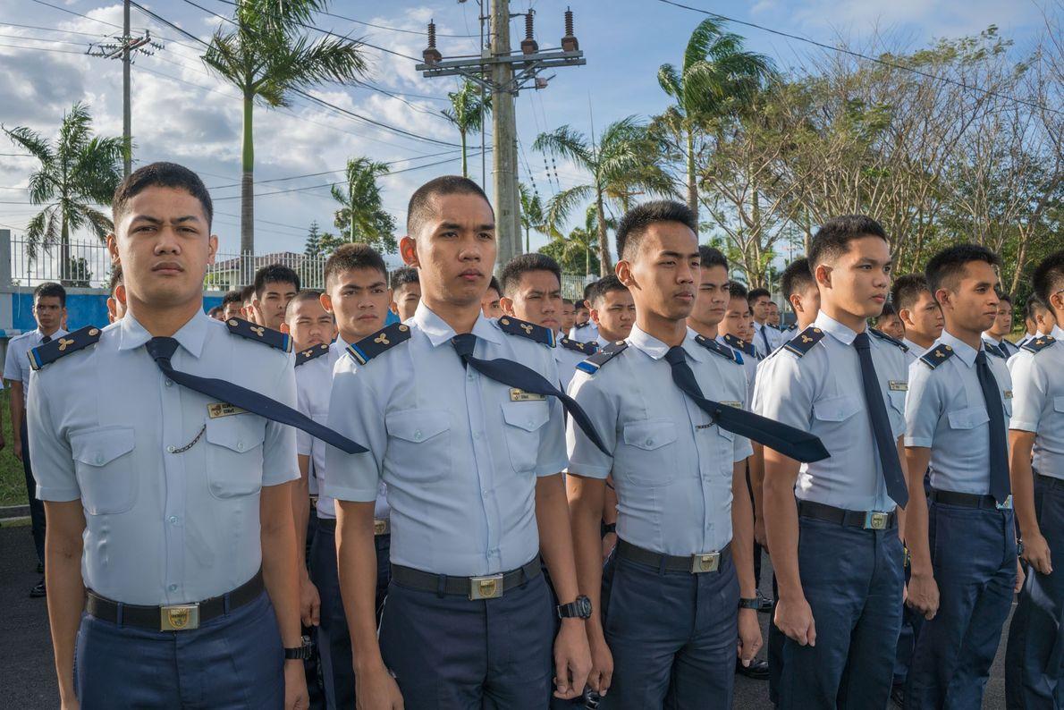 Cadetes de uma academia da marinha mercante perto de Manila treinam para um dos trabalhos de ...