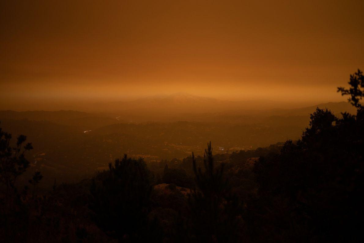Fumaça paira sobre o Monte Diablo em Orinda. Gigantescas nuvens de fumaça encobriram a região deixando ...