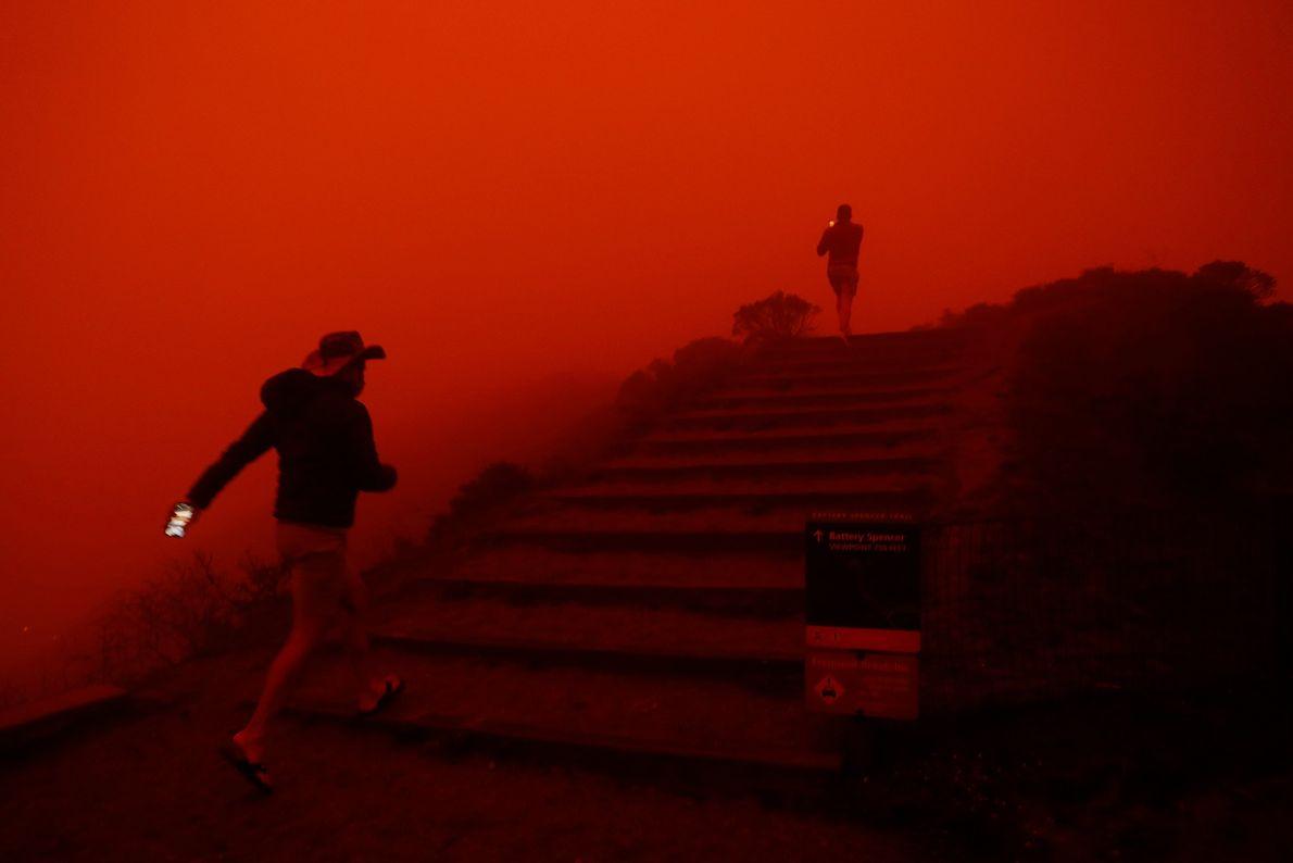 Em Sausalito, a fumaça dos incêndios deixa o promontório Marin Headlands imerso em um brilho vermelho-escuro ...