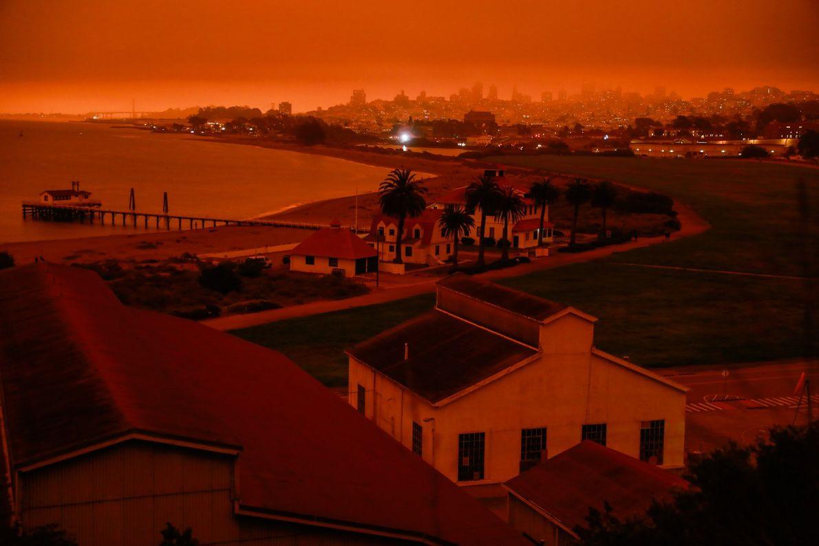 A cena foi especialmente surreal na região da Baía de São Francisco, onde a fumaça espessa ...