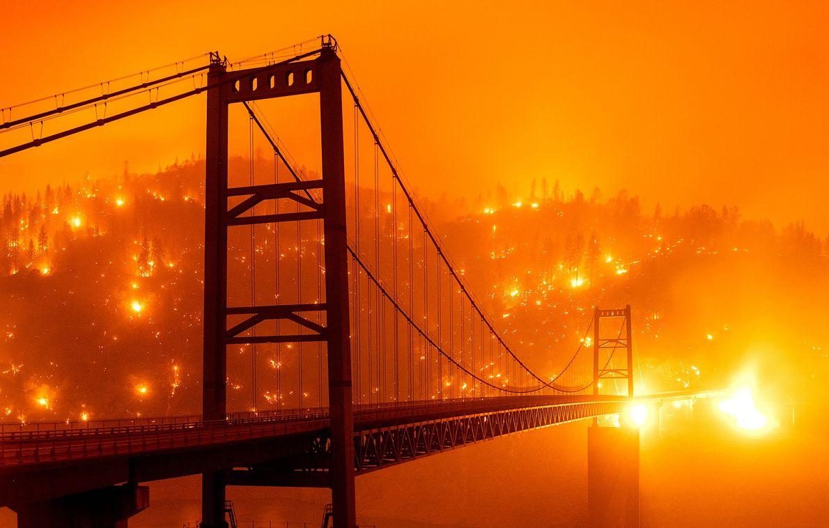 No norte da Califórnia, rajadas de ventos fortesintensificaram as chamasdo incêndio batizado de Bear Fire, iniciado ...