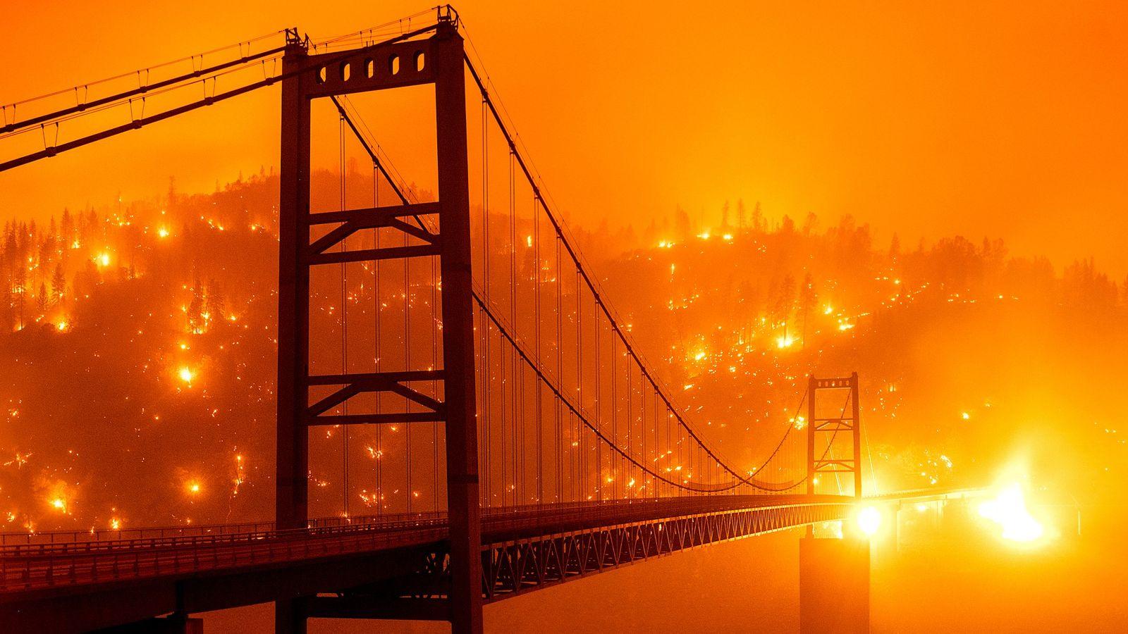 No norte da Califórnia, rajadas de ventos fortes intensificaram as chamas do incêndio batizado de Bear Fire, iniciado ...
