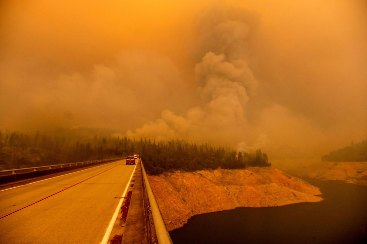 Uma coluna de fumaça sobe do incêndio Bear Fire ao longo do Lago Oroville, no condado ...
