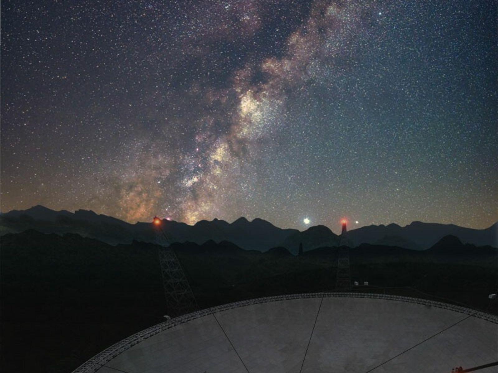 Em abril, o Radiotelescópio Esférico com 500 metros de Abertura (FAST) da China ajudou a analisar ...