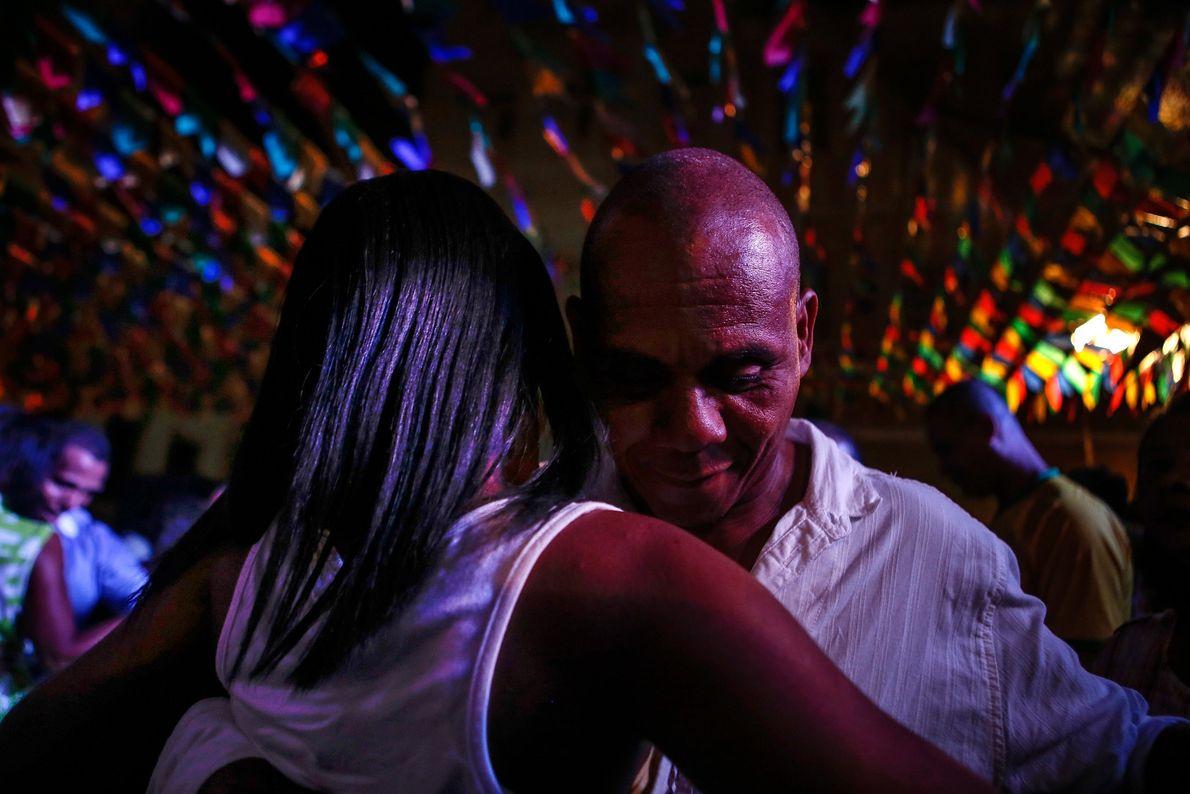 Um casal dança forró durante uma festa de São João em Salvador, que celebra a época ...
