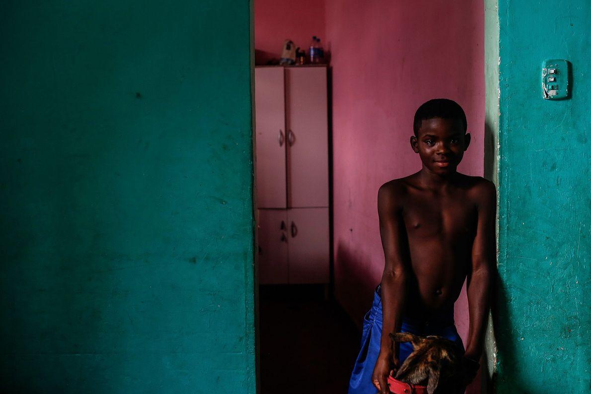 Danilo, de oito anos, na casa de seu tio. Eles fazem parte de um grupo de ...