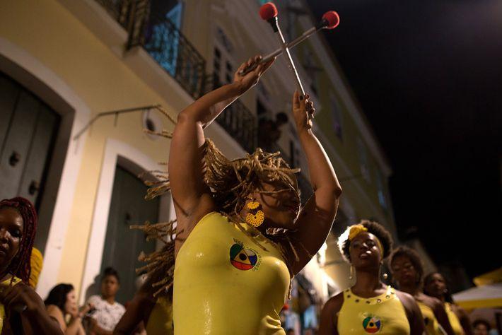 Víviam Caroline se apresenta na rua com outras mulheres da banda. O Projeto Didá é composto ...