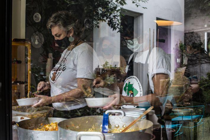 O grupo O Amor Agradece produz marmitas em uma casa em Pinheiros, Zona Oeste de São ...