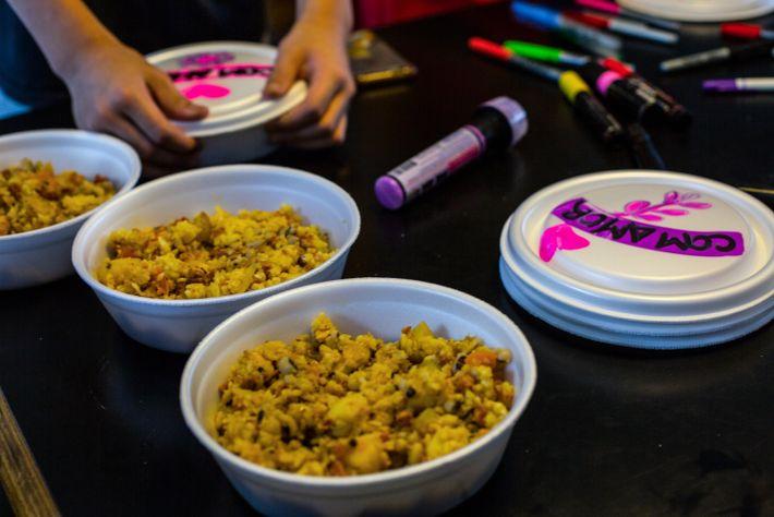 As crianças também ajudam, algumas marmitas são decoradas na sede do grupo O Amor Agradece.