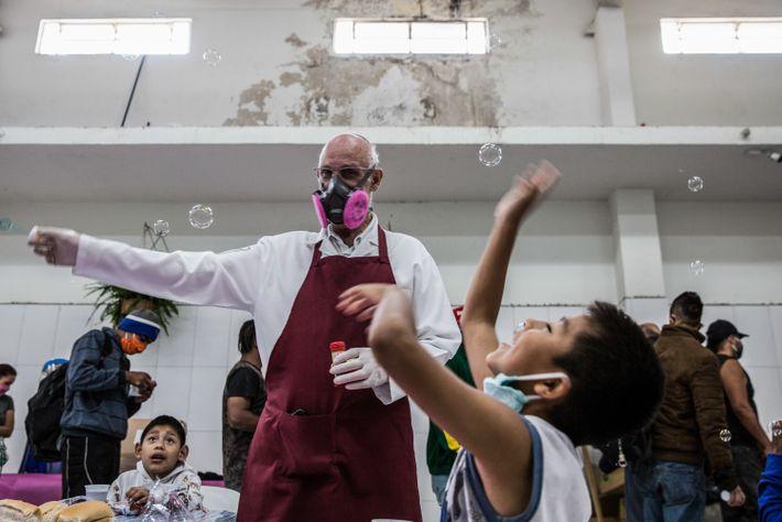 O padre Júlio Lancellotti diverte crianças com bolhas de sabão no Centro Comunitário São Martinho de ...
