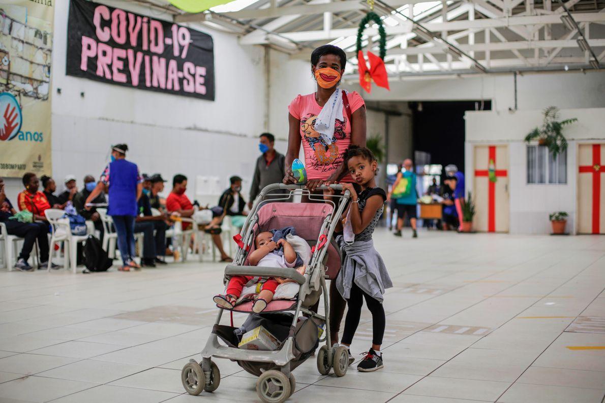 Luciana Batista, 40 anos, vive em um albergue com os dois filhos, Rebeca Xavier, cinco anos, ...