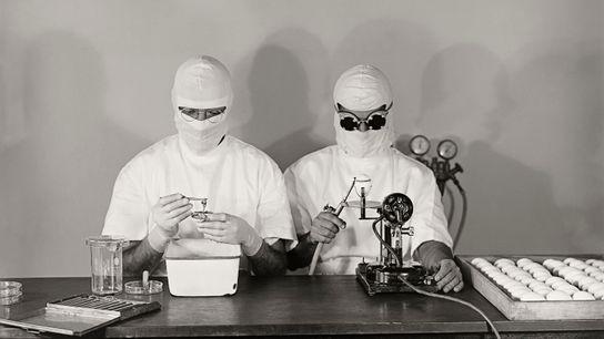 Cientistas da Fundação Oswaldo Cruz, no Rio de Janeiro, abrem ovos e retiram embriões para fabricação de ...