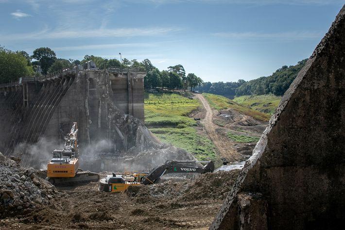 A barragem da hidrelétrica de Vezins, em Isigny-le-Buat, noroeste da França, sendo demolida em 8 de ...