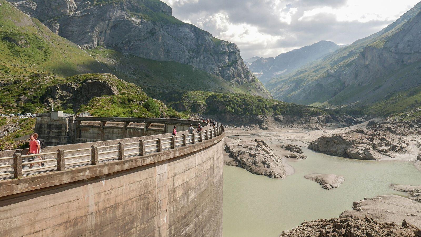 O dique Gloriettes, no sudoeste da França, na Gave d'Estaubé. Barragens e estruturas menores obstruem os ...