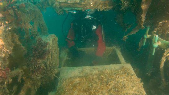 Para investigar os conveses inferiores do H.M.S. Terror, um arqueólogo da Parks Canada insere um drone ...