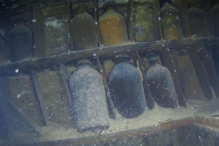 Garrafas de vidro no refeitório dos oficiais permanecem intactas. O navio parece ter atingido o fundo ...