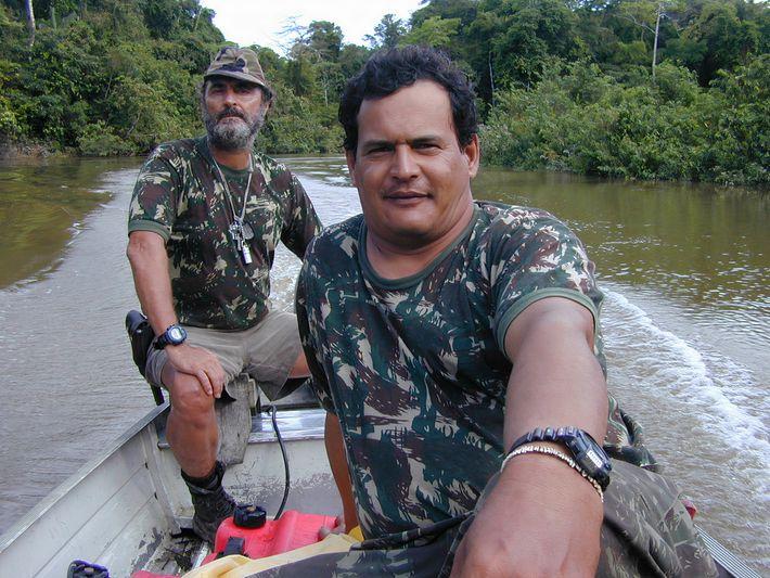 Rieli Franciscoti, à direita, participa de uma expedição para documentar povos isolados na terra indígena Vale ...