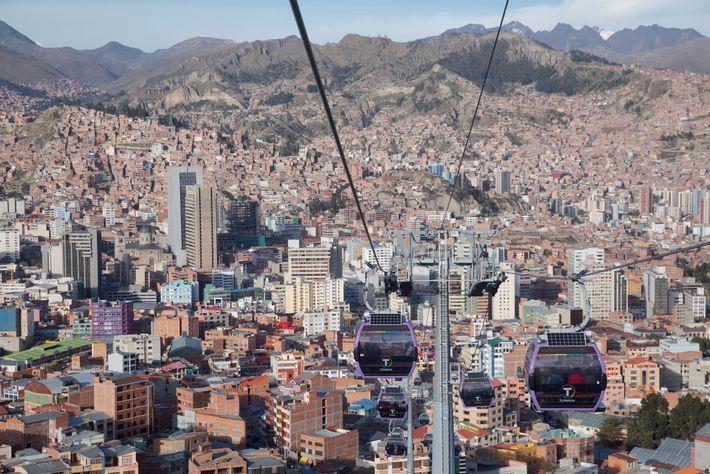 LA PAZ, BOLÍVIA – Em 2014, quando La Paz instalou as primeiras linhas de bondinhos suspensos ...