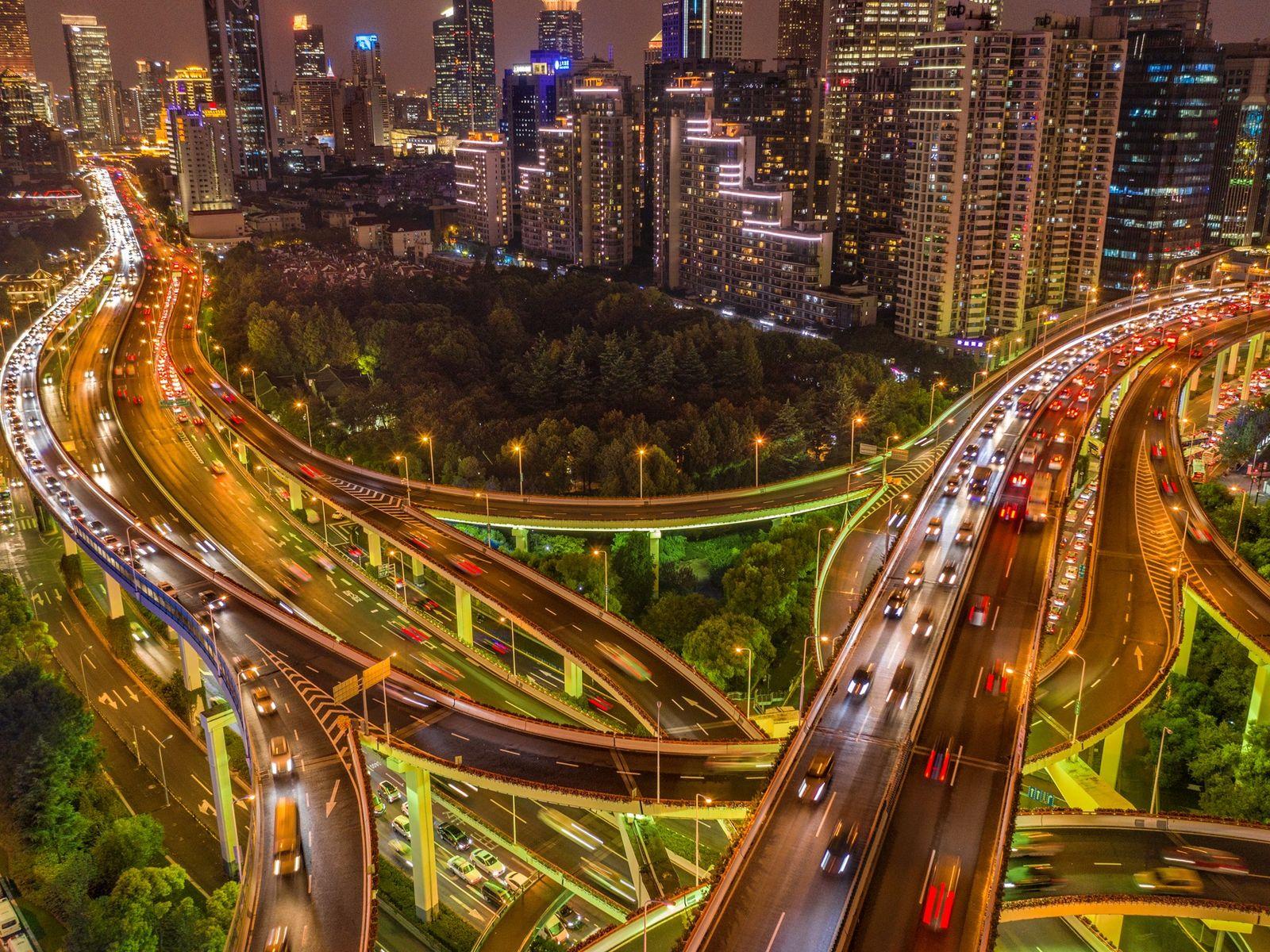 XANGAI, CHINA – Duas vias expressas se cruzam na metrópole de 24 milhões de habitantes. O ...
