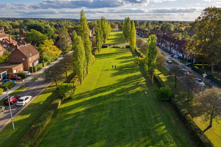 """WELWYN GARDEN CITY, INGLATERRA Um século atrás, o britânico Ebenezer Howard concebeu duas """"cidades-jardim"""" ao norte ..."""