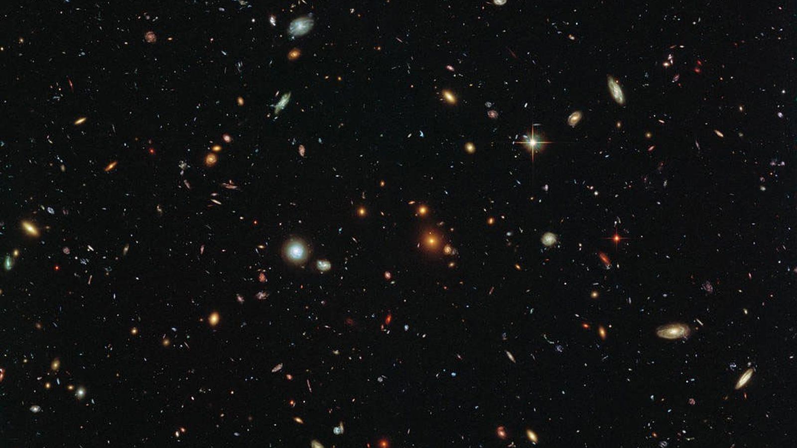 """As galáxias """"sujam"""" o cosmos em uma imagem do universo profundo tomada pelo Telescópio Espacial Hubble. ..."""